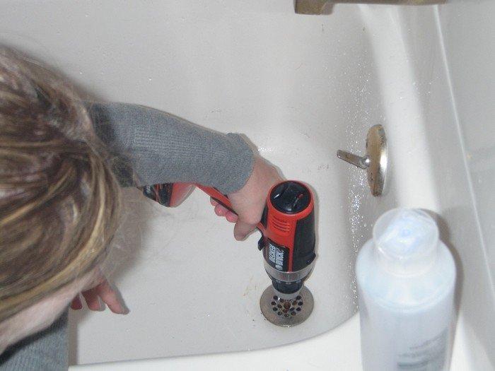 Как прочистить трубу в ванной самостоятельно